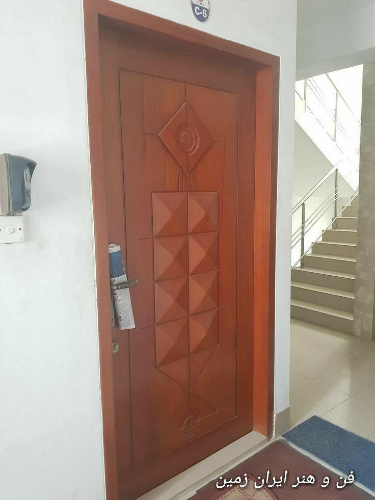 عکس درب چوبی، طرح هرم روی درب تمام چوب
