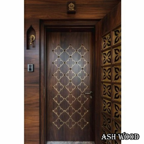 خطوط و نقوش روی درب با منبت یا فلزات تزئینی