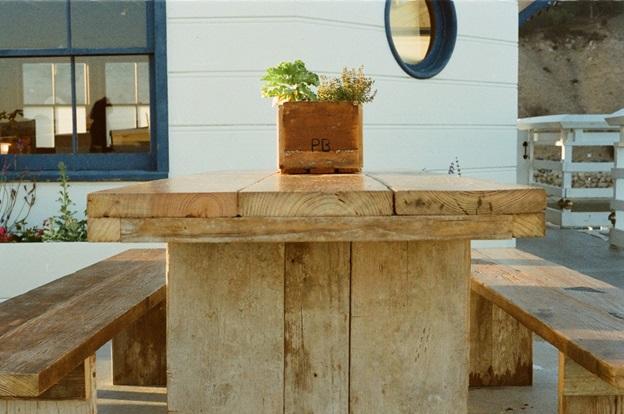 نگهداری از دکوراسیون چوبی منزل- میز چوبی زیبا