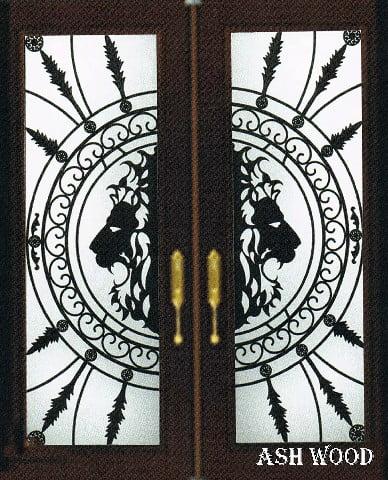نقوش فلزی روی درب چوبی