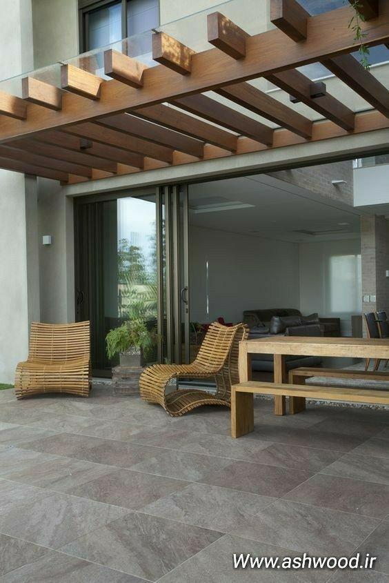 استفاده از کاشی های رنگی، صندلی چوبی فلزی، کانتر بار آشپزخانه