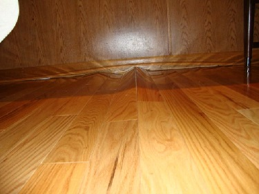 نگهداری از دکوراسیون چوبی منزل- تاثیر رطوبت بر کف چوبی اتاق