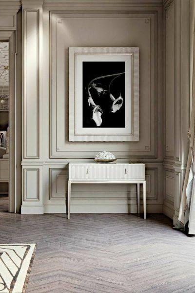 میز کنسول سفید سبک معاصر بر روی دیوار کلاسیک سفید رنگ