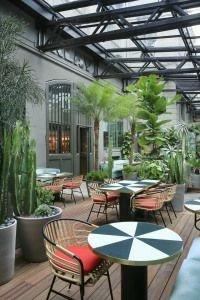 دکوراسیون رستوران با کفپوش قهوه ای و صفحه میز سفید و مشکی