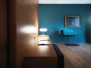 استفاده از رنگ آبی در دکوراسیون در کنار چوب