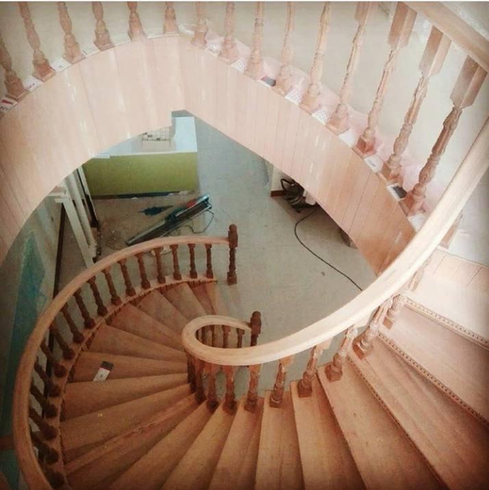 پله چوبی دوبلکس سفارشی با چوب راش، ساخت پله پیچ