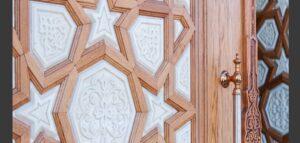 گره چینی و منبت با چوب در ساخت یک درب چوبی