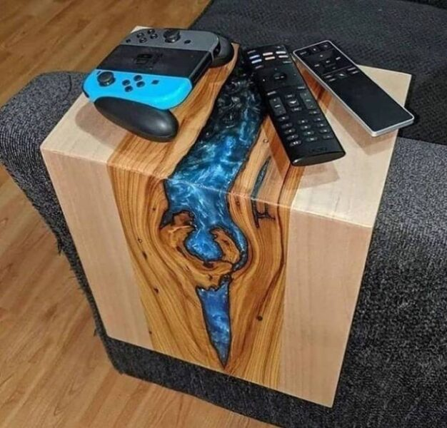 میز کنار مبلی چوب و رزین
