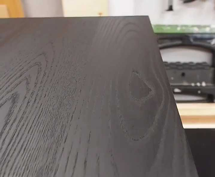 رنگ قهوه ای سوخته بر روی چوب بلوط یا اش