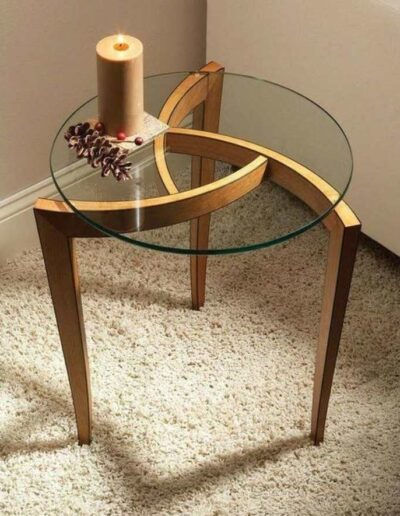 میز کنار مبلی سه پایه و سه گوش