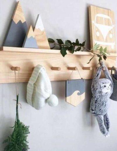 قفسه دیواری و جایی برای لوازمی مانند کلاه و ..