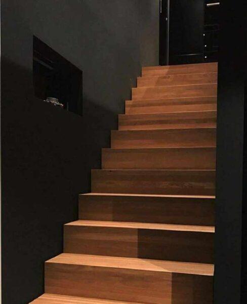کف پله چوبی ساخته شده از صفحات فینگر جوینت چوب راش