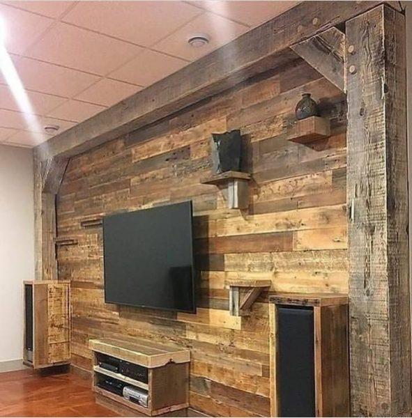 دیوار تلویزیون از چوب کاج کهنه کاری شده با تیر های چوبی ضخیم