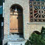 دکوراسیون سنتی رستوران سنتی درب و پنجره قدیمی و گره چینی