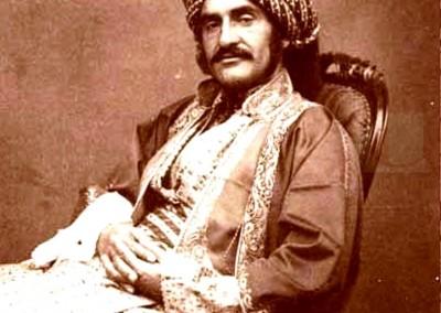 هرمزد رسام در موصل حدود 1854. استوانه کوروش در حین حفاری در بابل رسام در فوریه-مارس 1879 کشف شد.