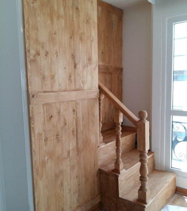 پله چوبی داخل ساختمان