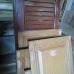 درب کابینت در حال رنگ کاری ، دکوراسیون تمام چوب