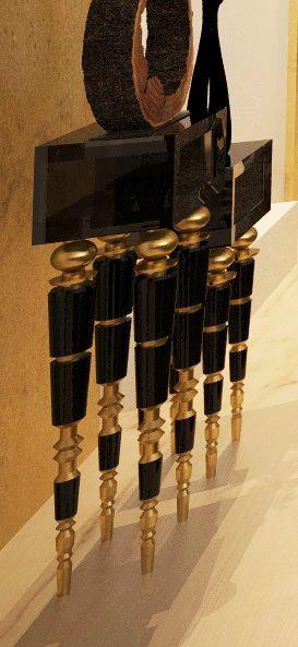 میز مشکی و طلایی سالن ورودی رستوران شاندیز پاسداران