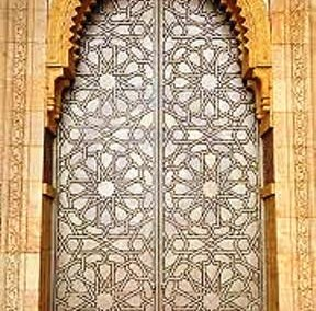 هنر گره چینی بر روی درب مسجد