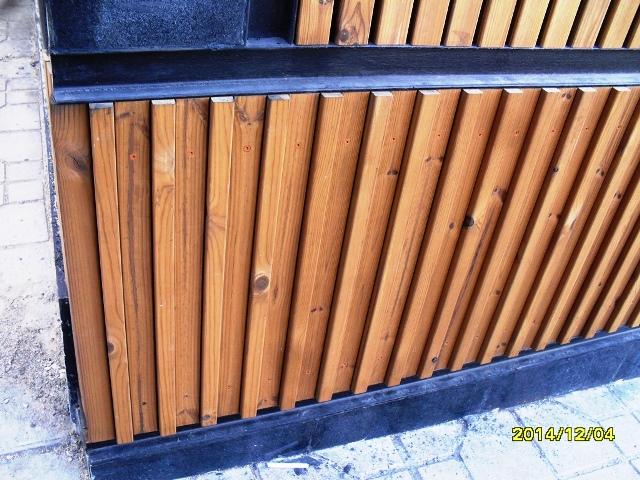 دیوار کوب ترموود چوب کاج فنلاندی با طرح کرکره ای