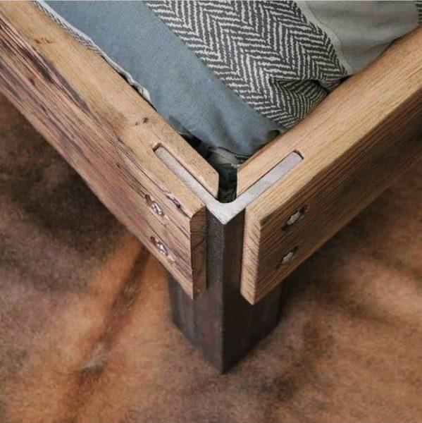 عکس پایه یک تخت خواب ساخته شده از چوب و فلز