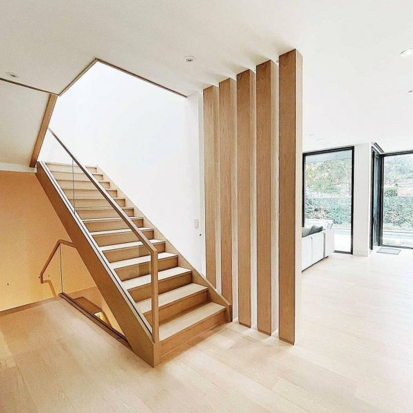 کف پله های چوب بلوط در کنار سون های عمودی و هندریل چوبی