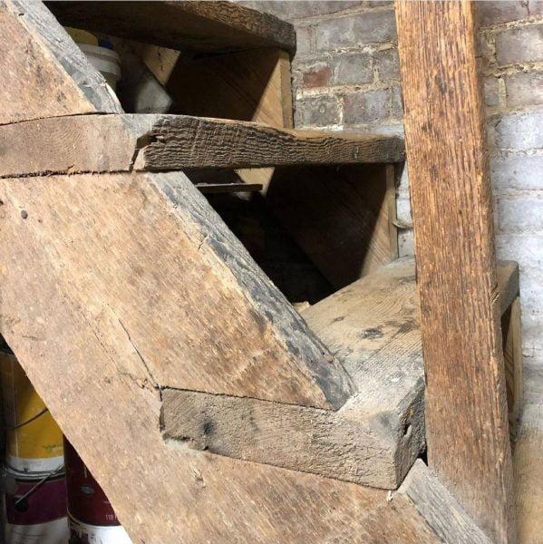 تصویر یک پلکان چوبی قدیمی