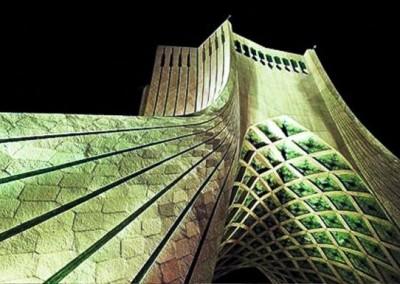 برج آزادی نماد تهران در حال تخریب
