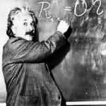عکس البرت انیشتن در کنار تخته سیاه