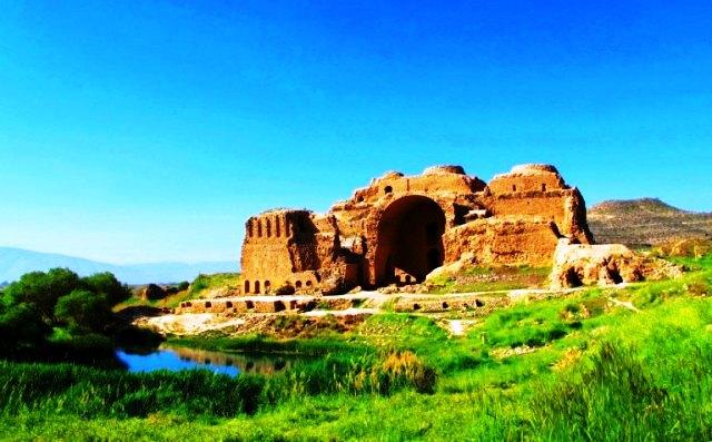 از بناهای ساسانی در قرن سوم میلادی ، کاخ اردشیر در فیروزآباد است .  The Palace of Ardashir Pāpakan - کاخ اردشیر بابکان یا آتشکده فیروز آباد