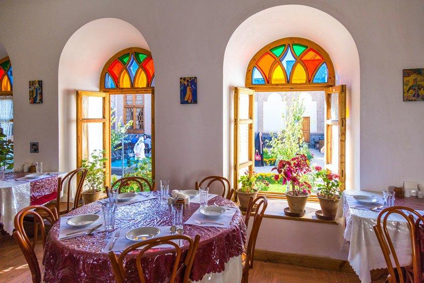 عکس تاریخی خانه صادقی، پنجره ارسی، پنج دری و درب های گره چینی و اسلیمی