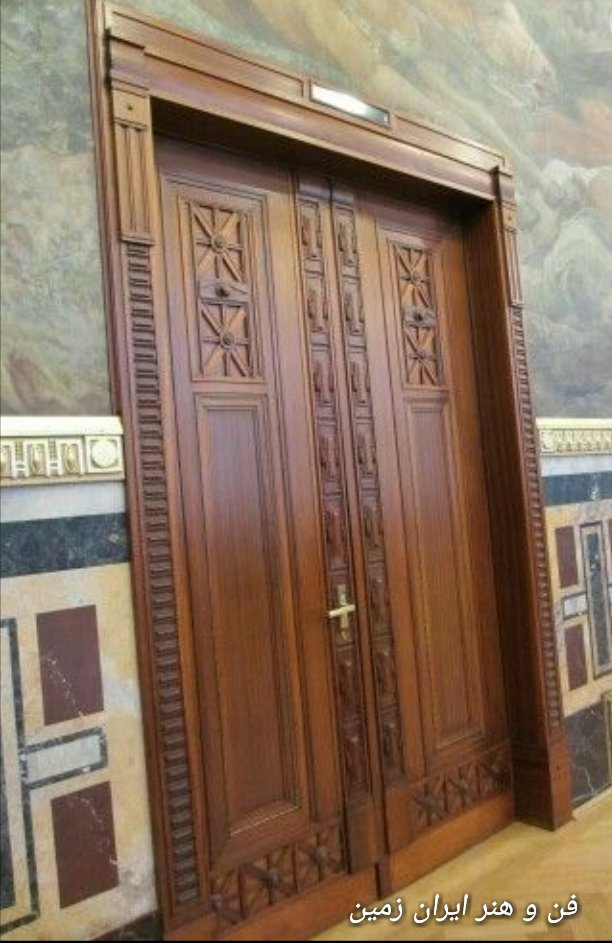 عکس درب چوبی، طرح خورشیدی  روی درب تمام چوب