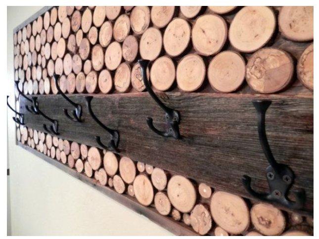 جالباسی چوبی ساخته شده از شاخه درختان و یک تخته قهوه ای رنگ