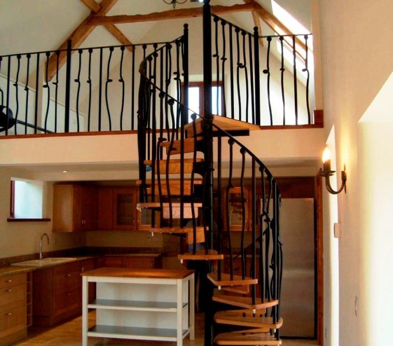 تصویر زیبا از دکوراسیون داخلی منزل اجرای پله چوب و فلز با چوب بلوط