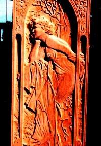 تصویر زن در تابلو کنده کاری شده نیمه سه بعدی بر روی چوب