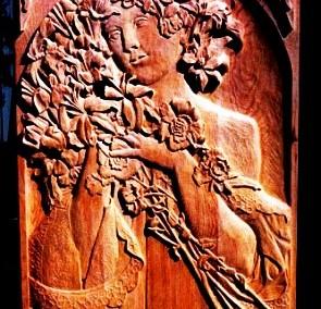 کنده کاری تصویر یک زن زیبا بر روی چوب