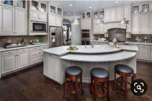 تصویر یک آشپزخانه با کابینت قوس و مدور