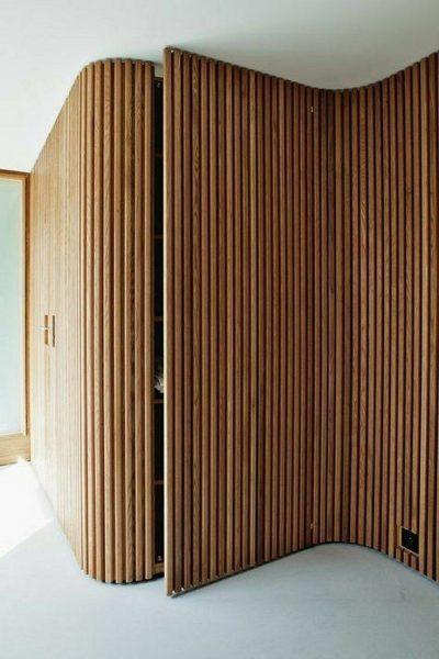 درب چوبی جالب ست شده با دیوارکوب های محیط