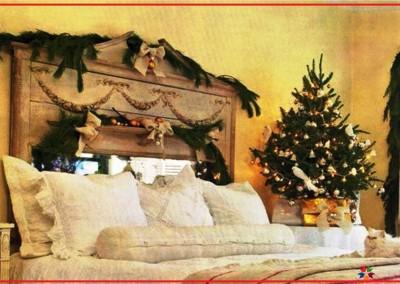 دکوراسیون اتاق خواب سبک روستیک چوبی با کاج کریسمس