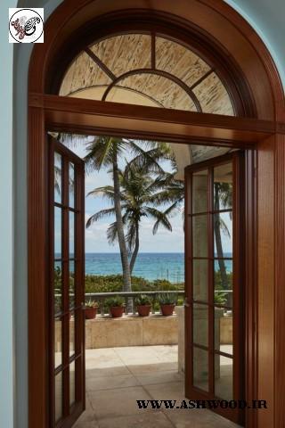 درب چوبی ورودی ساخته شده از چوب ماهون یا ماهاگونی