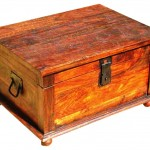 صندوقچه چوبی ساخته شده با چوب به سبک معماری روستیک و با یراق قدیمی