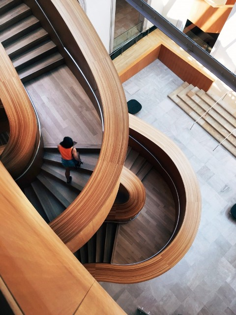پله گرد و پیچ چوبی