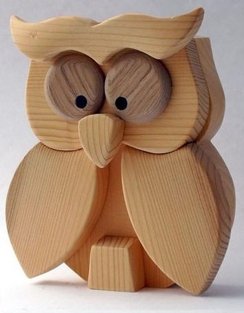 کاربرد چوب کاج در ابزار و وسایل چوبی، جغد عروسکی ساخته شده از چوب کاج