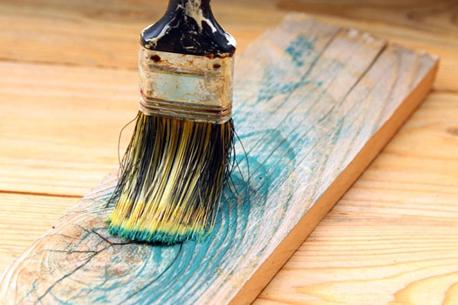 همه چیز راجع به رنگ کردن چوب -  چگونه از به جا ماندن رد قلمو روی سطح چوبی رنگ شده جلوگیری کنیم