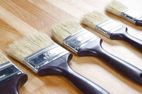 همه چیز راجع به رنگ کردن چوب -  چگونه از به جا ماندن رد قلمو روی سطح چوبی رنگ شده جلو گیری کنیم