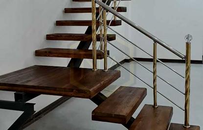 چوب های فینگر جوینت، کف پله های ساخته شده از چوب های فینگر جوینت