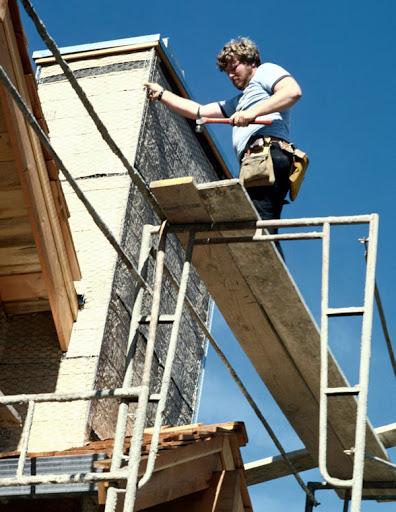 تخته های بنایی -  یک کارگر در حال کار بر روی تخته های بنایی