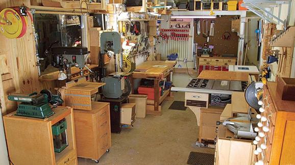 ابزارهای لازم نجاری - یک کار گاه نجاری با ابزار مورد نیاز نجاری در داخل آن