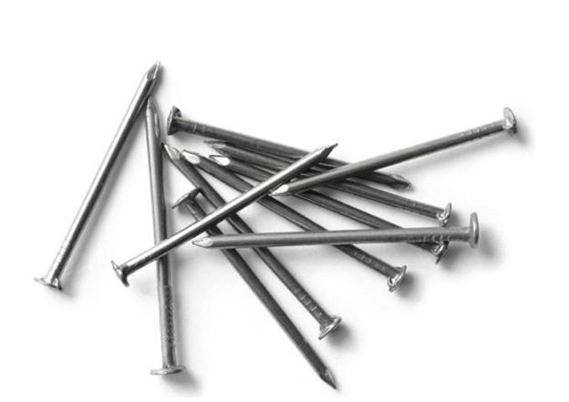 ابزارهای لازم نجاری - چند میخ در اندازه های متوسط
