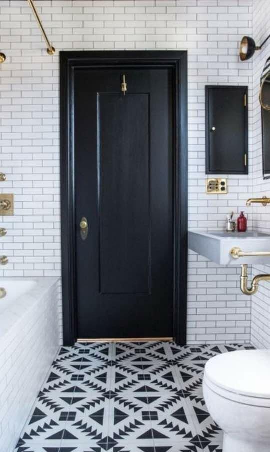 درب چوبی مشکی رنگ با قاب مدرن